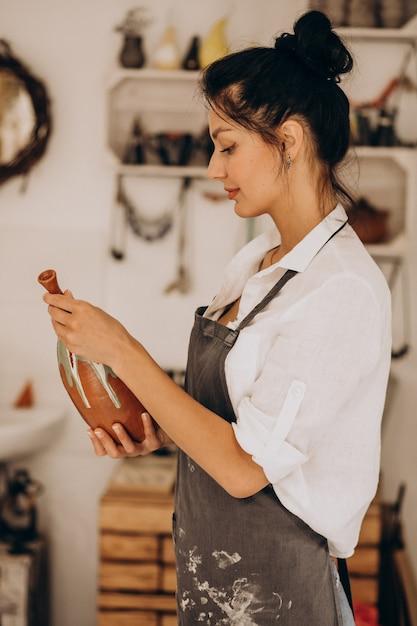 陶芸店の女性職人 無料写真