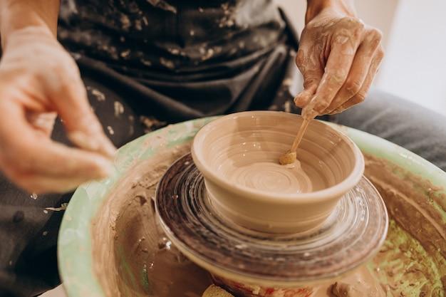 Artigiano donna presso un negozio di ceramiche Foto Gratuite