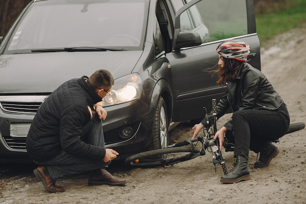 La donna si è schiantata contro la macchina. ragazza in un casco. Foto Gratuite