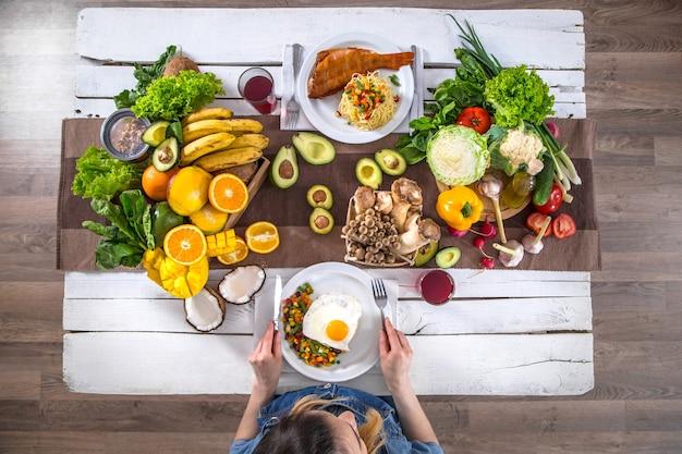 La donna a tavola con cibo biologico, la vista dall'alto Foto Gratuite