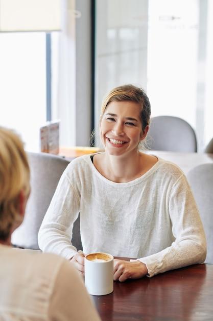 Женщина обсуждает новости с матерью Premium Фотографии