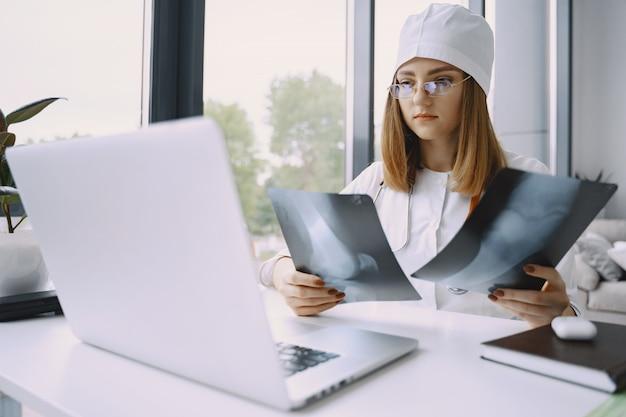 女医が医学についてのvlogビデオを記録 無料写真