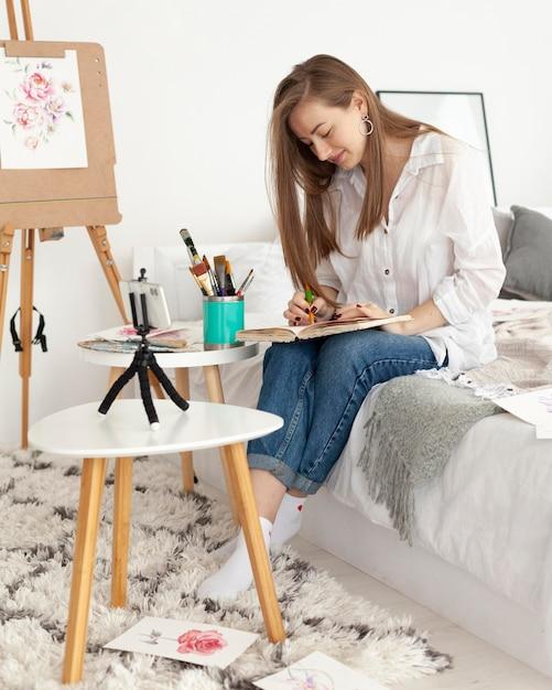 Donna che fa un tutorial di disegno con il suo telefono Foto Gratuite