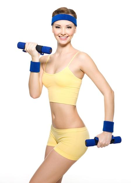 Donna che fa esercizio di fitness con manubri isolati su bianco Foto Gratuite
