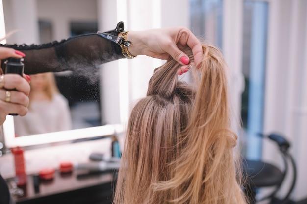 Menggunakan dry shampoo untuk rambut lepek dan berminyak