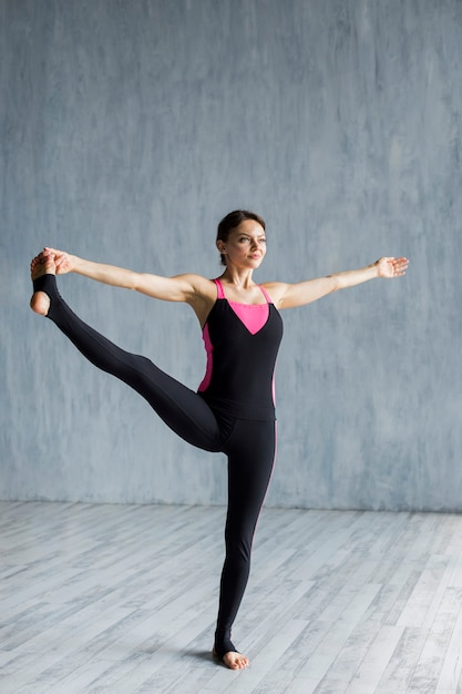 Woman doing a lateral leg extension Free Photo