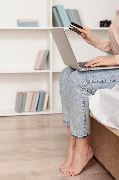 オンラインショッピングをしている女性 無料写真