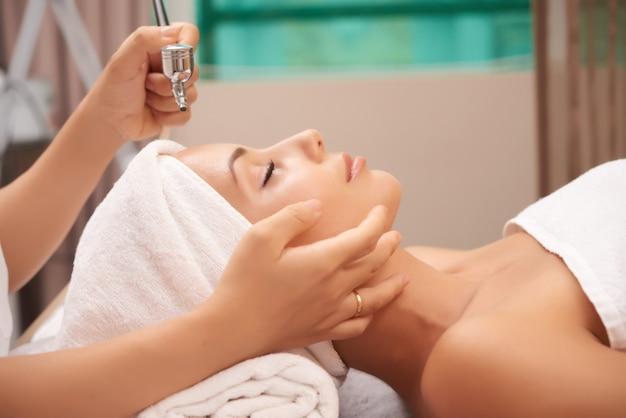 若返り治療をしている女性 Premium写真