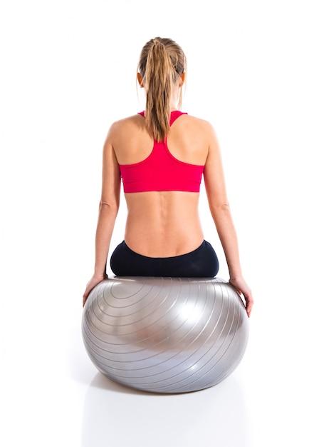 Женщина занимается спортом с фитбол Premium Фотографии