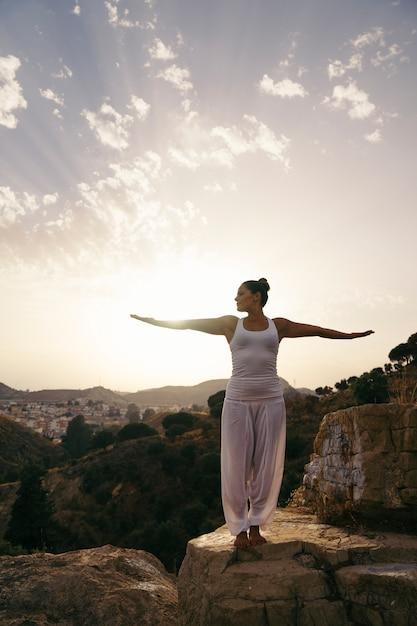 Donna, fare, yoga, stretching, braccia Foto Gratuite