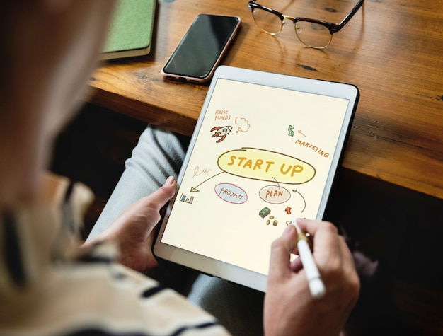 Woman doodling startup ideas on a tablet Premium Photo