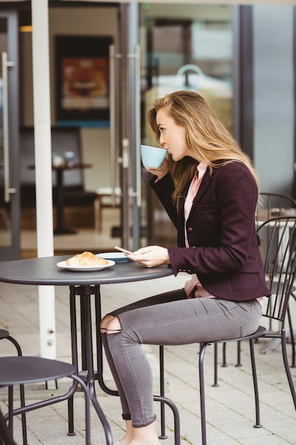 Woman drinking a cup of coffee in cafe Premium Photo