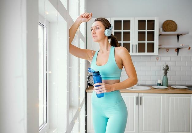 トレーニング後に水を飲む女性 無料写真