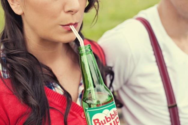 ストローで飲む女 無料写真
