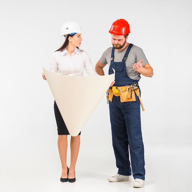 Woman engineer and builder discussing project Free Photo