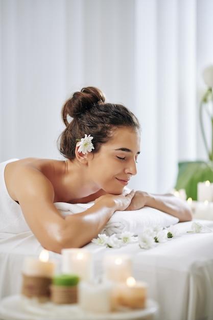 アロマセラピーを楽しむ女性 Premium写真