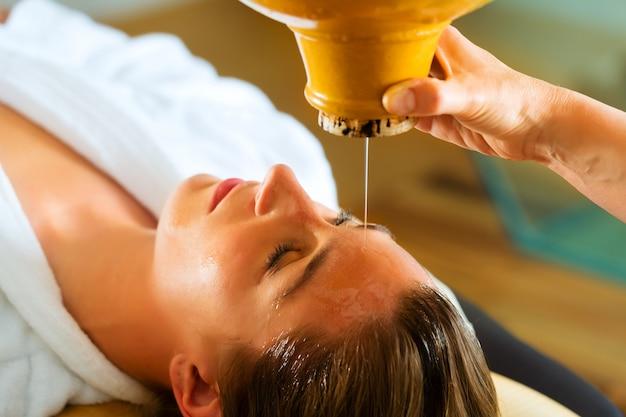 Woman enjoying a ayurveda oil massage Premium Photo