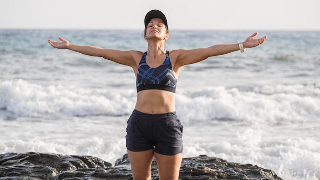 Женщина, наслаждающаяся побережьем после бега Бесплатные Фотографии