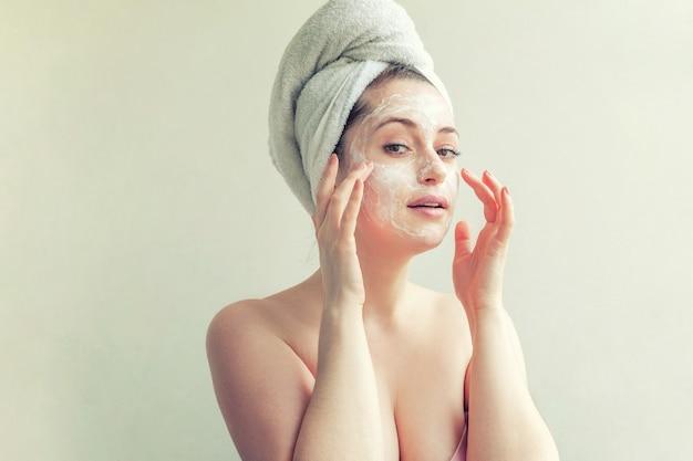 크림 또는 영양 마스크와 여자 얼굴입니다. 프리미엄 사진