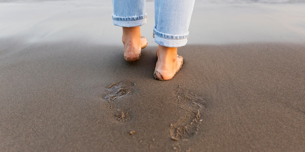 Женщина ноги на песке на пляже Бесплатные Фотографии