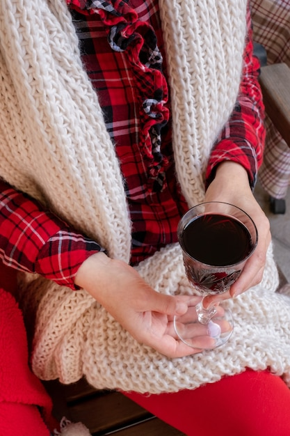 Женщина женщина держит красное вино праздничную одежду рождество новый год валентинка Premium Фотографии