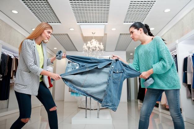 Женщина борется за куртку Premium Фотографии