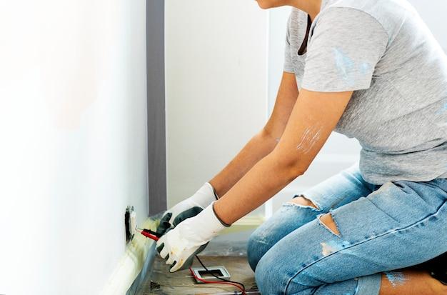 Woman fixing the plug Free Photo