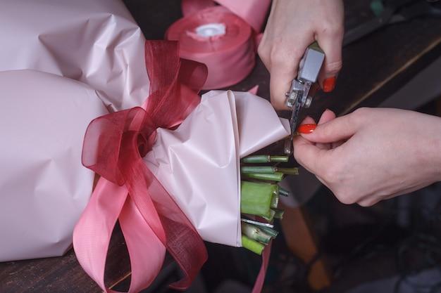 Woman florist makes a bouquet Premium Photo