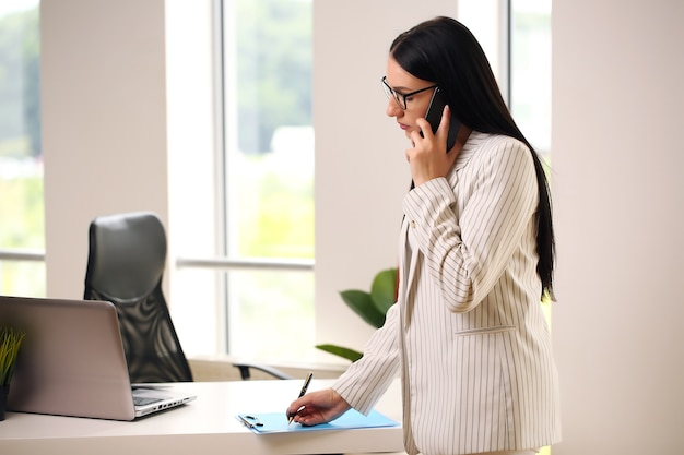 女性はクライアントとの会話に集中しました。 Premium写真