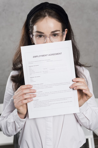 Woman from human resources holding contract Free Photo
