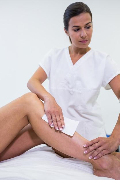 Женщина убирает волосы с ног Бесплатные Фотографии