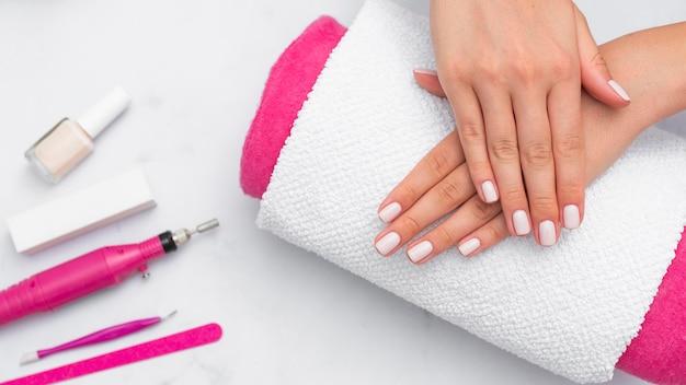 Donna che ottiene la sua manicure fatta al salone Foto Gratuite