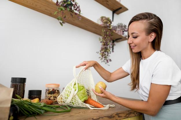 Женщина готовится готовить Бесплатные Фотографии