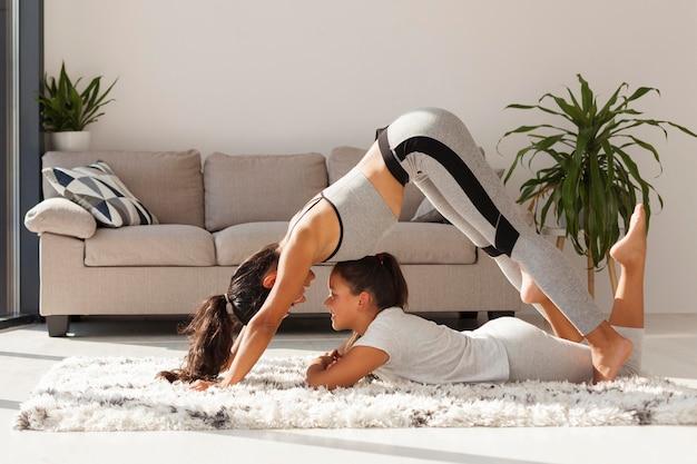 Donna e ragazza che fanno sport al chiuso Foto Gratuite