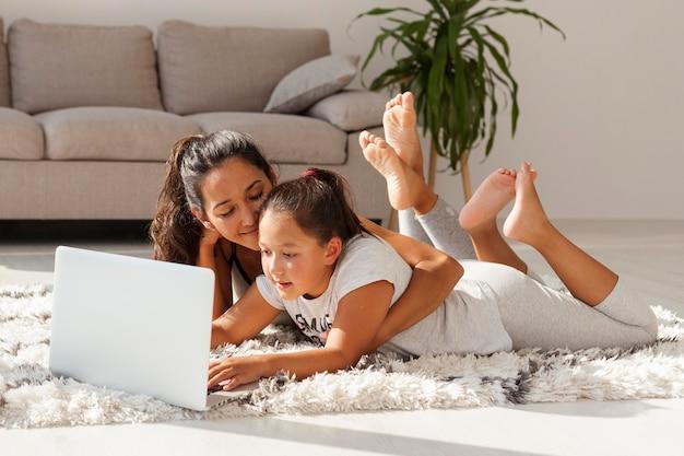 Donna e ragazza che pongono sul tappeto Foto Gratuite