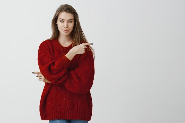 女性は私たちに人生の道を選ぶ機会を与えてくれます。あらゆる可能性を除いて、さまざまな方向を指しているスタイリッシュな赤いルーズセーターの自信のある女性のヨーロッパの女の子 無料写真