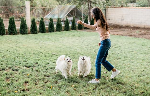 かわいい犬にいくつかの御馳走を与える女性 無料写真