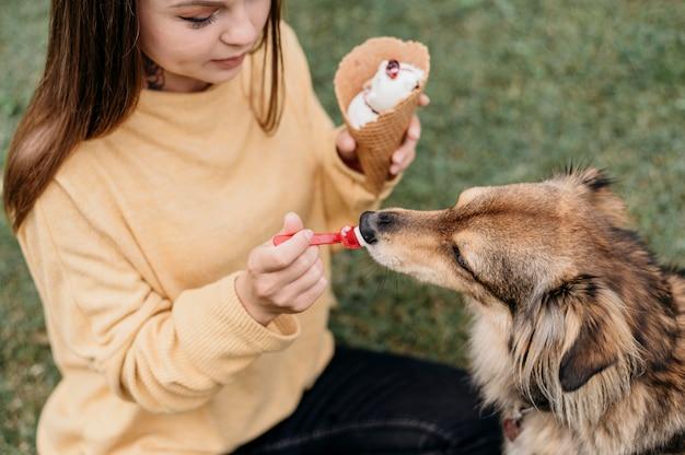 Женщина дает мороженое своей собаке Бесплатные Фотографии
