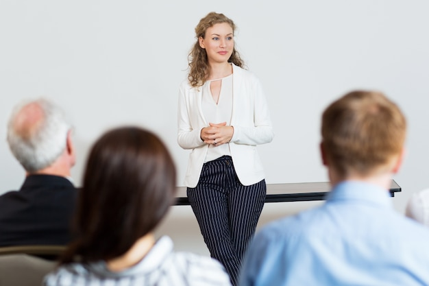 Woman giving a lecture to an audience Free Photo