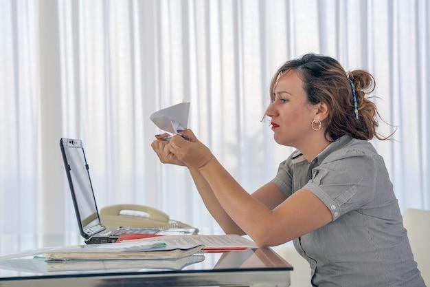 Женщина получила плохое письмо об увольнении. взволнованная девушка без радости. Premium Фотографии