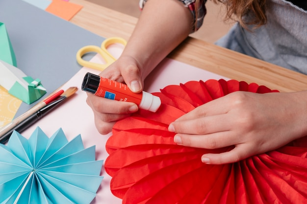 Woman hand sticking origami paper while making origami flower Free Photo