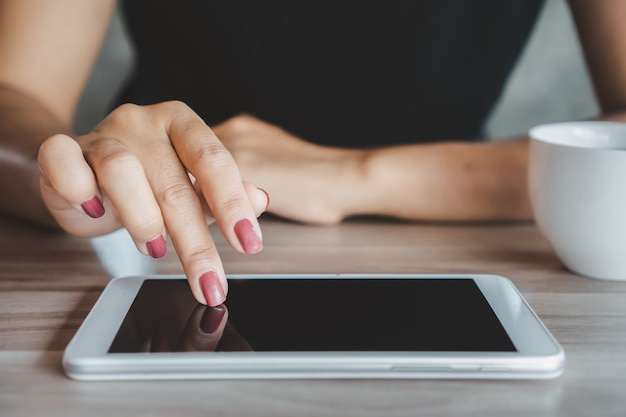Woman hand using tablet connecting to internet Premium Photo