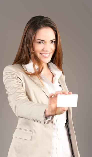 Женщина, вручая пустую визитку в студии Бесплатные Фотографии