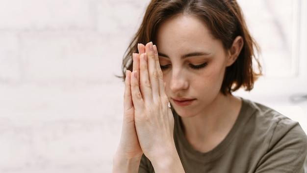 神に祈る女性の手。 Premium写真