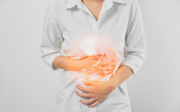 白い背景の上の慢性胃炎から苦しんでいる腹と胃に触れる女性の手 Premium写真