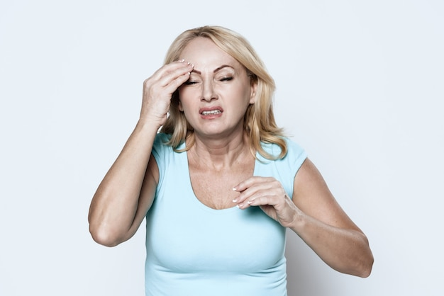 A woman has a headache. Premium Photo