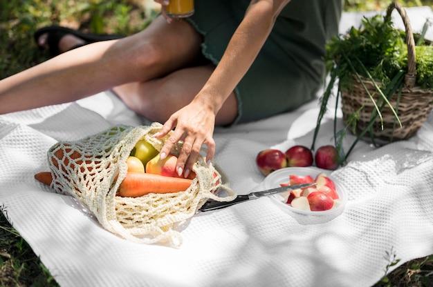 Женщина, пикник со здоровыми закусками Бесплатные Фотографии