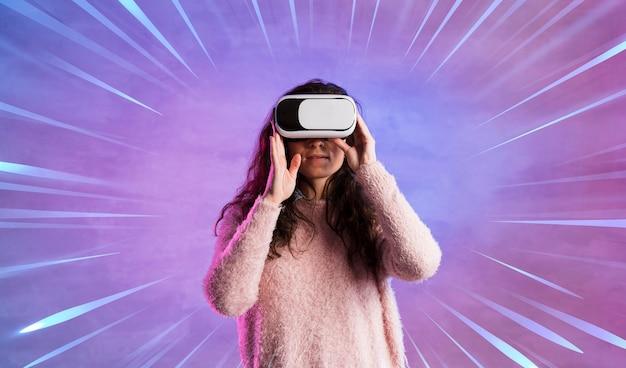 Donna che si diverte con le cuffie da realtà virtuale Foto Gratuite