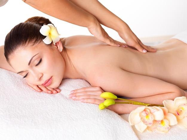 Donna che ha massaggio del corpo nel salone della stazione termale. concetto di trattamento di bellezza. Foto Gratuite