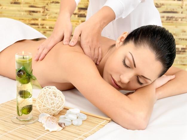 Женщина, имеющая массаж тела в спа-салоне. концепция лечения красоты. Бесплатные Фотографии